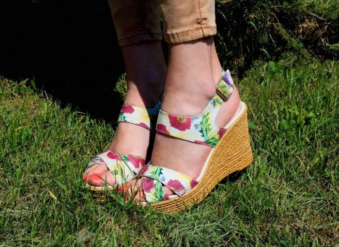Юничел - Босоножки с цветочным принтом по уникальной цене